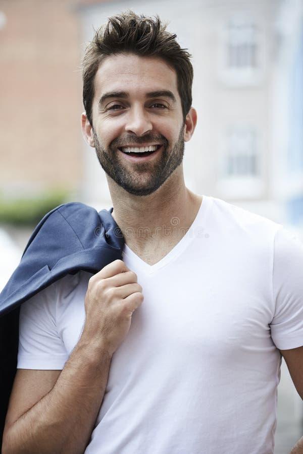 Skratta mannen i den vita t-skjortan arkivfoton