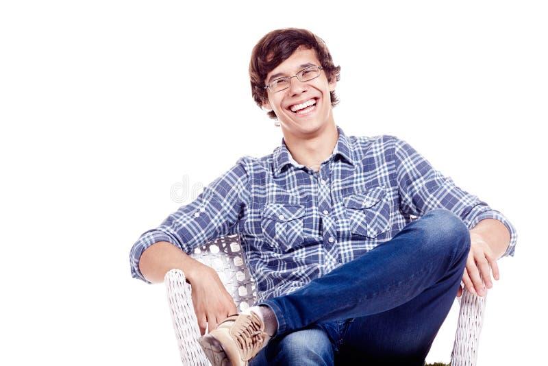 Skratta mannen på stol arkivbild