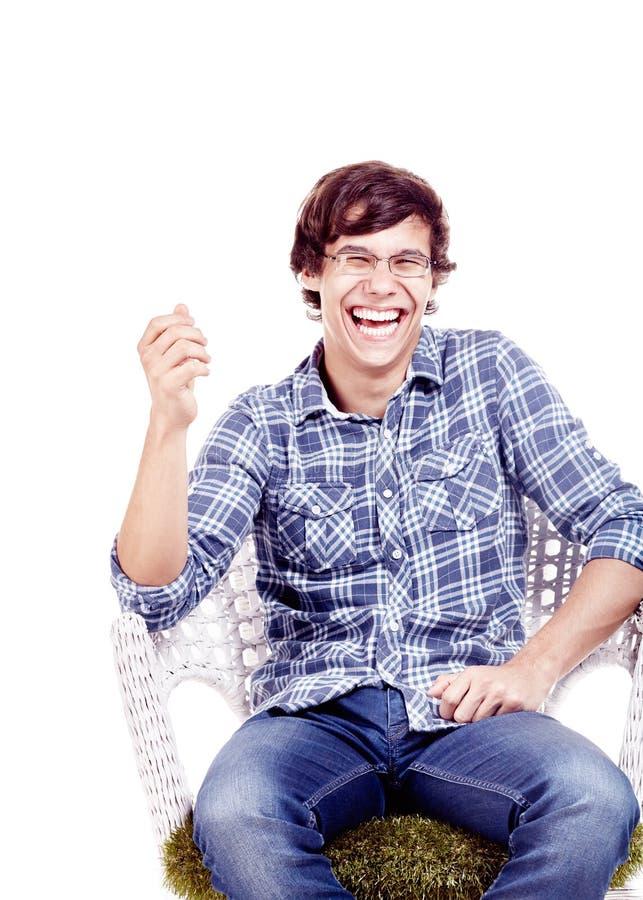 Skratta mannen på stol arkivfoto