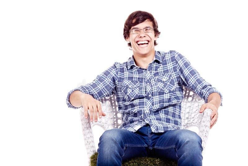 Skratta mannen på stol arkivbilder