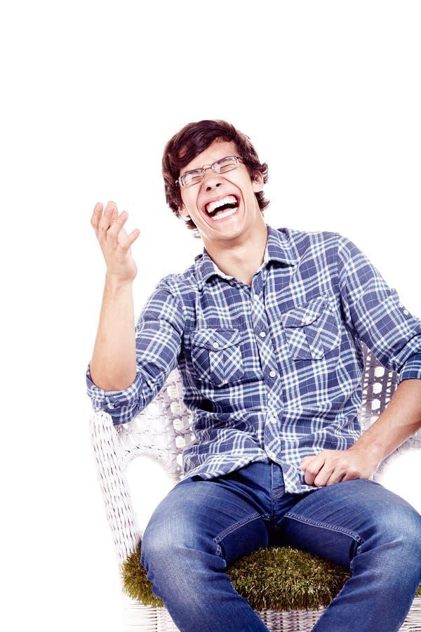 Skratta mannen på stol royaltyfri bild
