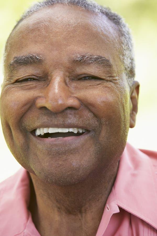 skratta manpensionär för kamera royaltyfri bild