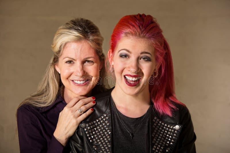 Skratta modern och dottern arkivfoto