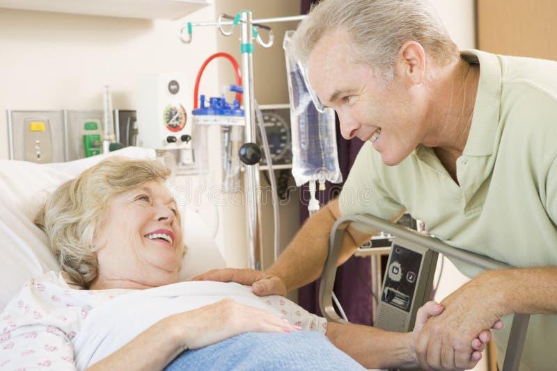 skratta moderson för sjukhus tillsammans royaltyfria bilder