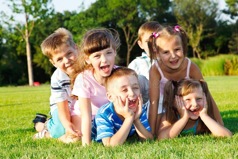 skratta preschoolers royaltyfri bild