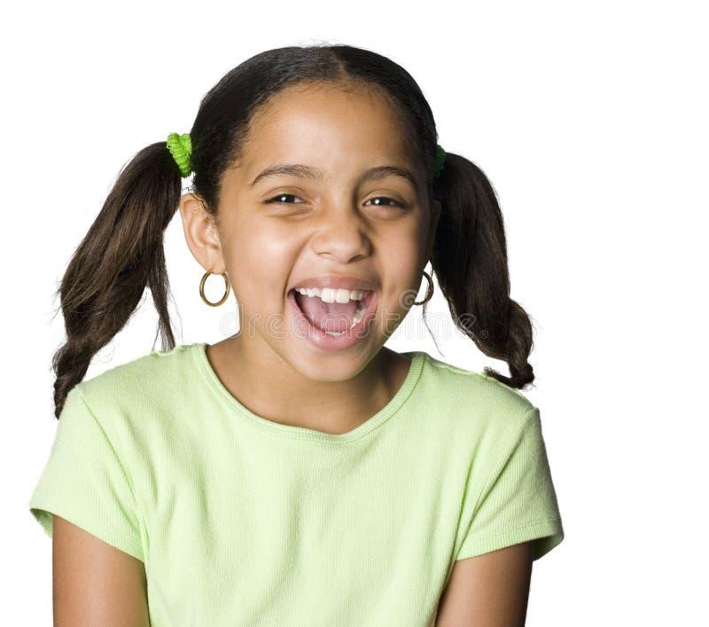 skratta stående för flickalatino arkivbild