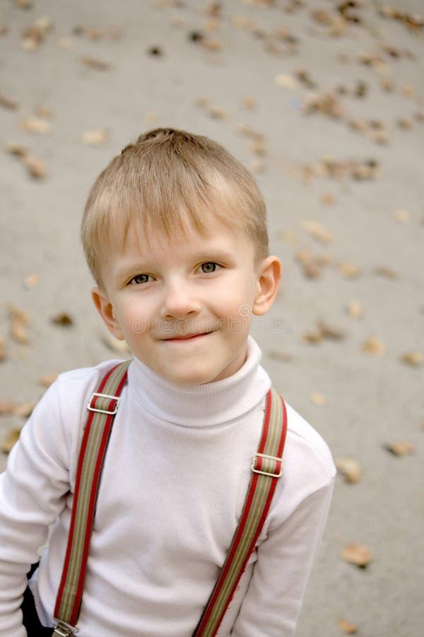 skratta stående för pojke royaltyfri foto