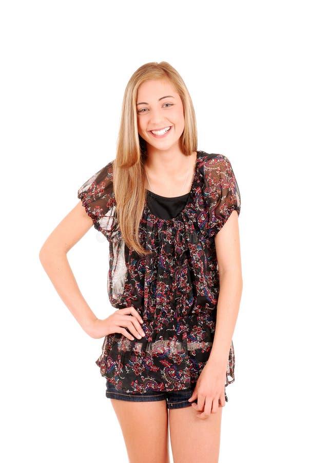 Skratta teen flicka i kortslutningar royaltyfri foto