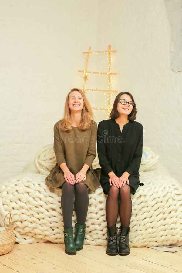 Skratta vänkvinnor fotografering för bildbyråer