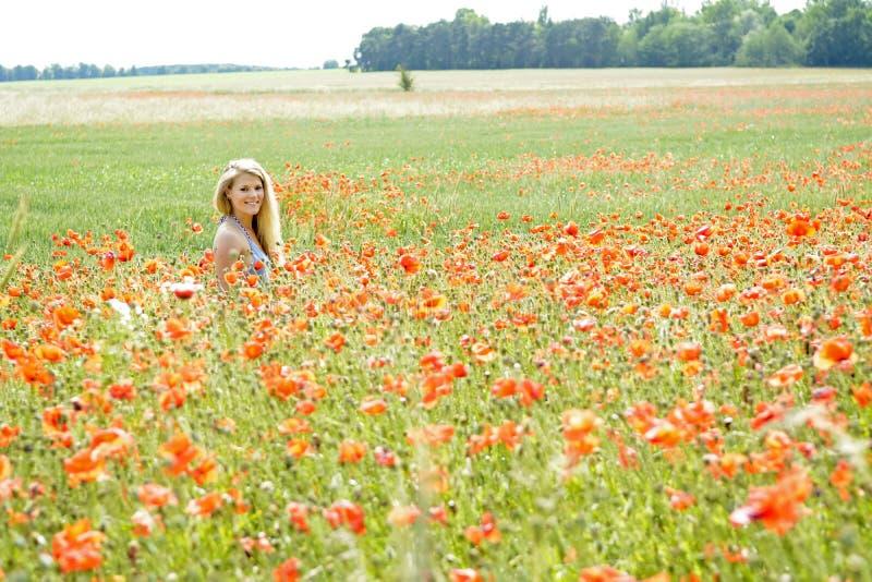 skratta vallmokvinna för fält arkivfoto