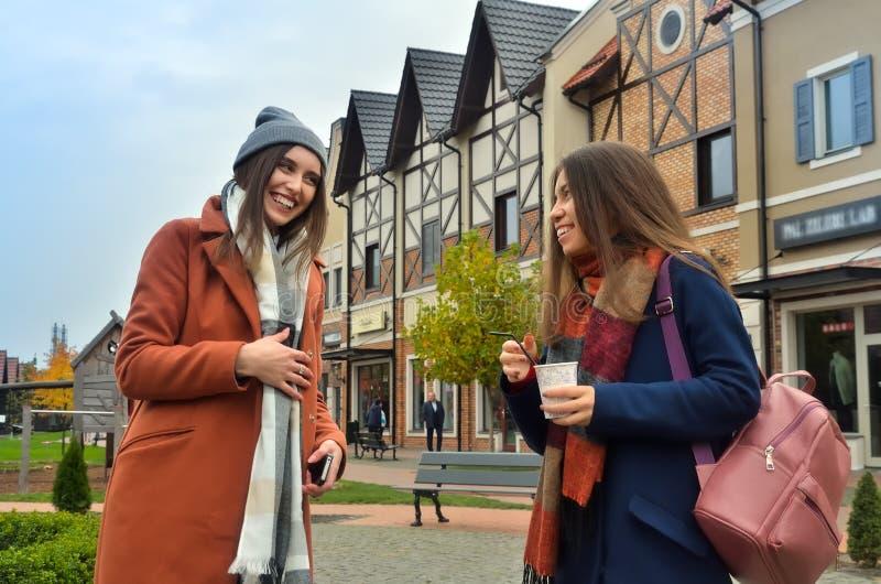 skrattanseende för två flickvänner i gatan arkivfoton
