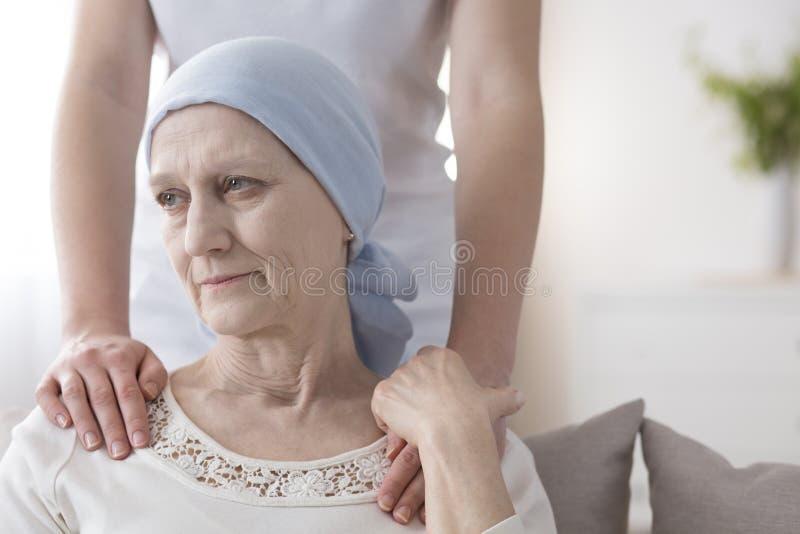 Skriande äldre kvinna med cancer royaltyfri fotografi