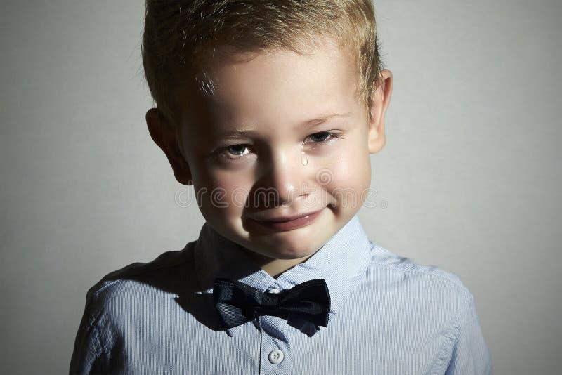 Skriande barn pojke little som är SAD skrik revor på kinder sinnesrörelse royaltyfria bilder