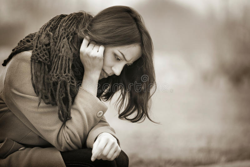 Skriande det fria för ung kvinna i den mörka Autumn Day arkivbild