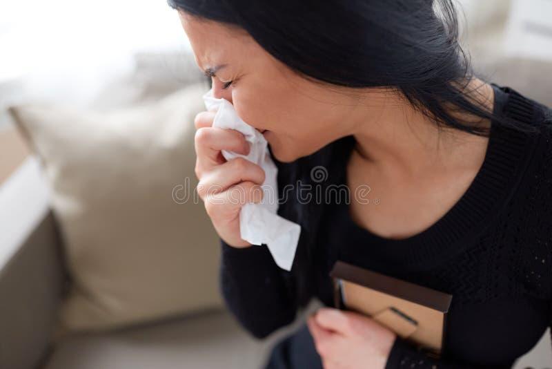 Skriande kvinna med fotoramen på den begravnings- dagen arkivfoto