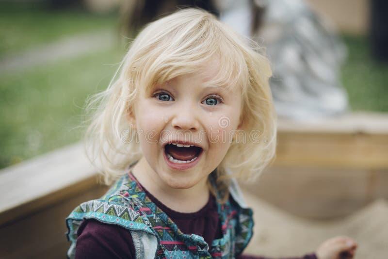 Skriande liten blond flicka royaltyfria foton
