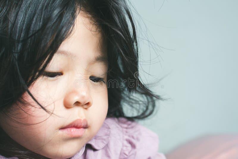 Skriande little asiatisk flicka royaltyfri foto