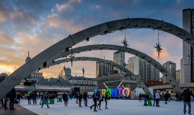 Skridskoåkning i frontoen av det Toronto stadshuset, Kanada arkivfoto