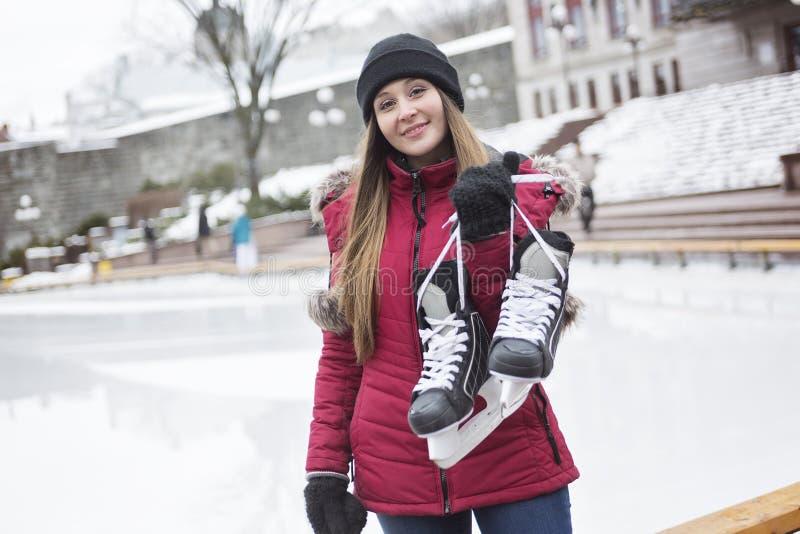 Skridskoåkningpar som har vintergyckel på isskridskor royaltyfri bild