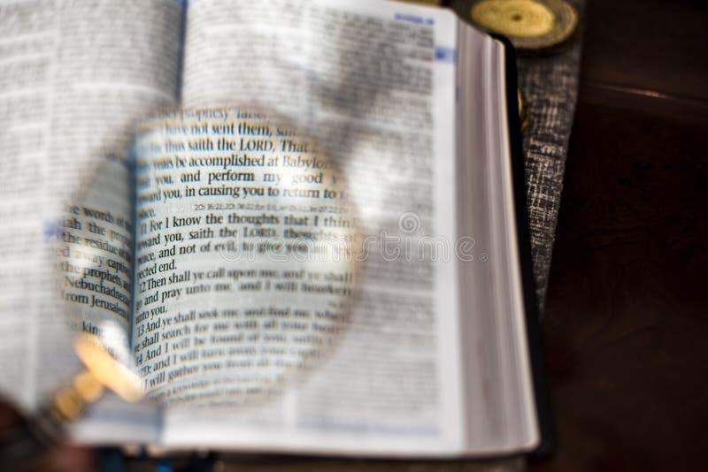 Skriften med förstoringsglaset jeremiah 29 royaltyfri foto