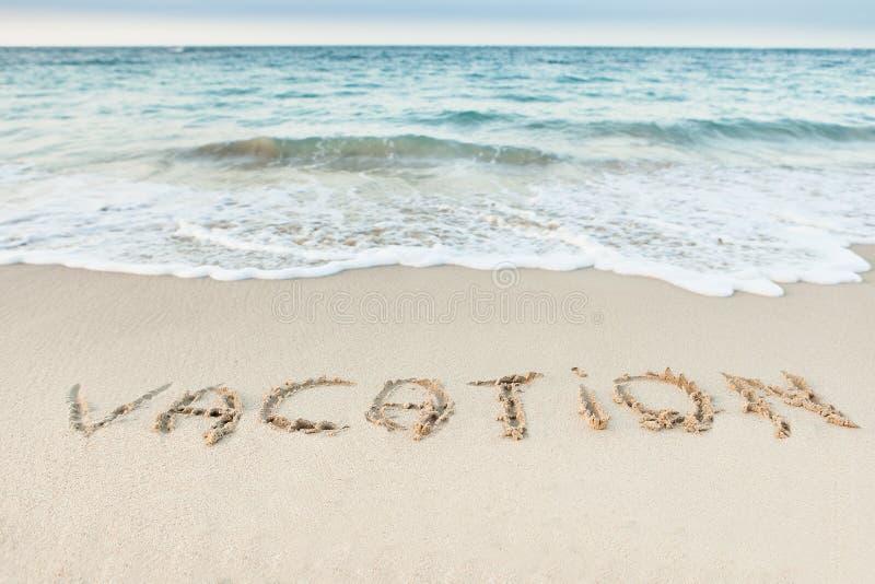 Skriftlig ordsemester på stranden arkivbilder