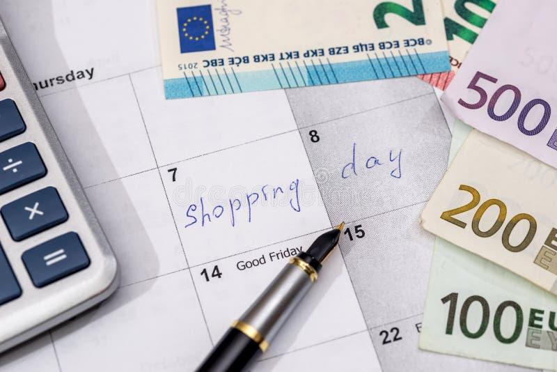 Skriftlig shoppingdag i stadsplaneraren med euroräkningar, arkivfoton