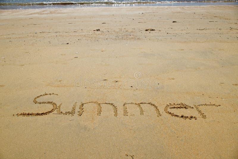 Skriftlig sommar i den guld- sanden av den lilla Kaiteriteri stranden royaltyfri bild