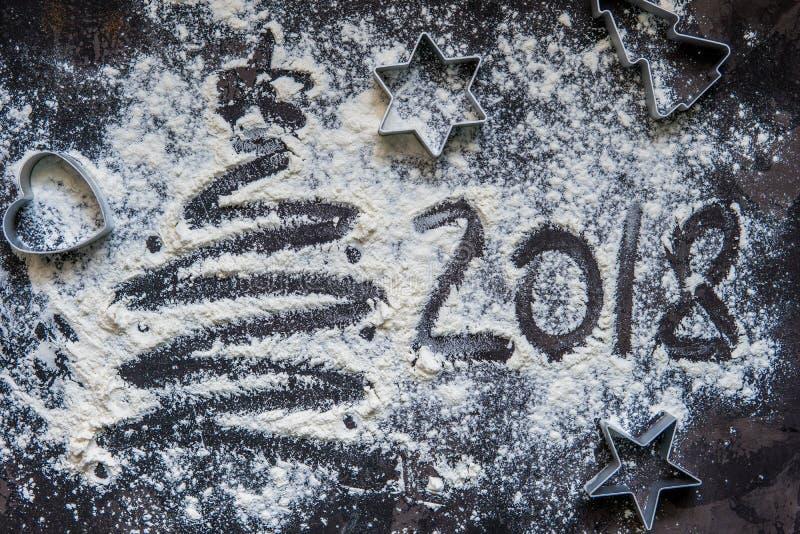 2018 skriftliga nya år i mjöl på träbakgrunden royaltyfria foton
