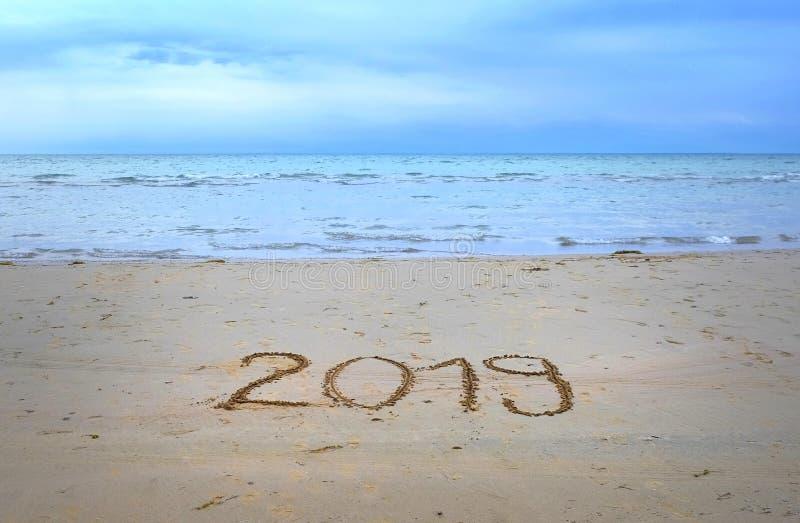 Skriftligt nytt år 2019 på strandsanden royaltyfria foton