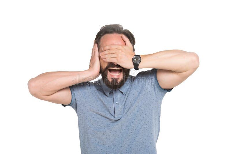 Skrika den skäggiga mannen som täcker hans ögon och att gå i ax med händer royaltyfria foton