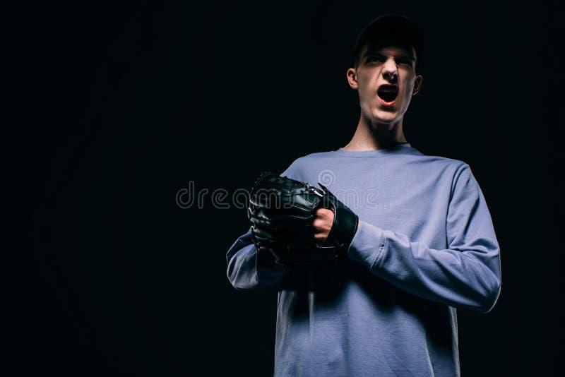 Skrika den unga mannen med baseballhandsken fotografering för bildbyråer