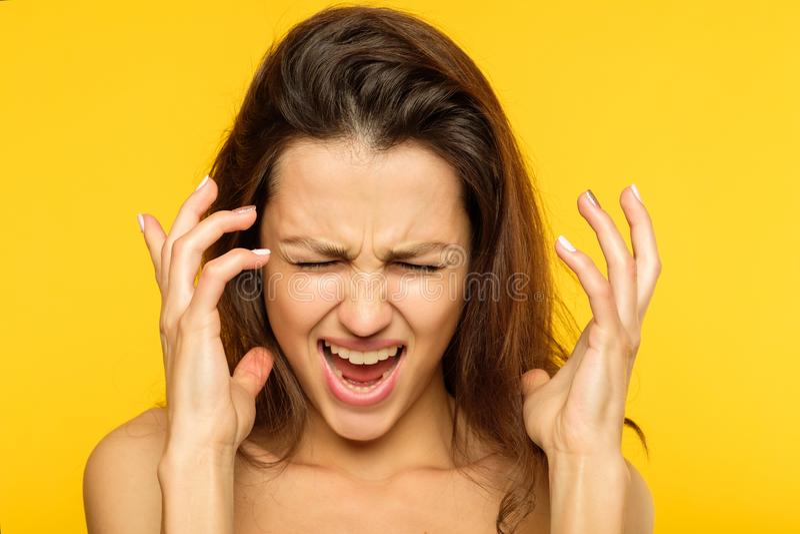 Skrika för kvinna för emotionell sammanbrott för spänning ilsket fotografering för bildbyråer