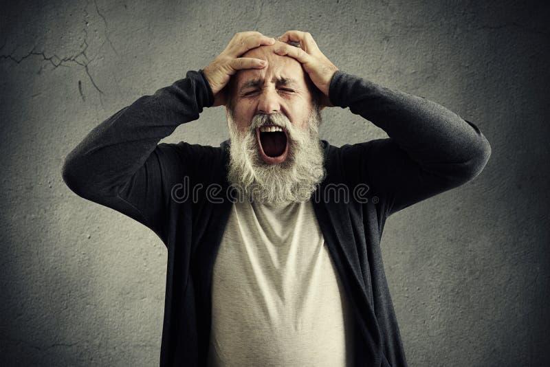 Skrikig hög man med stängda ögon fotografering för bildbyråer