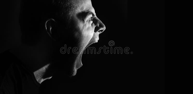 Skrikig ilsken aggressiv militant grabb, man, svartvit stående, ondska arkivbild