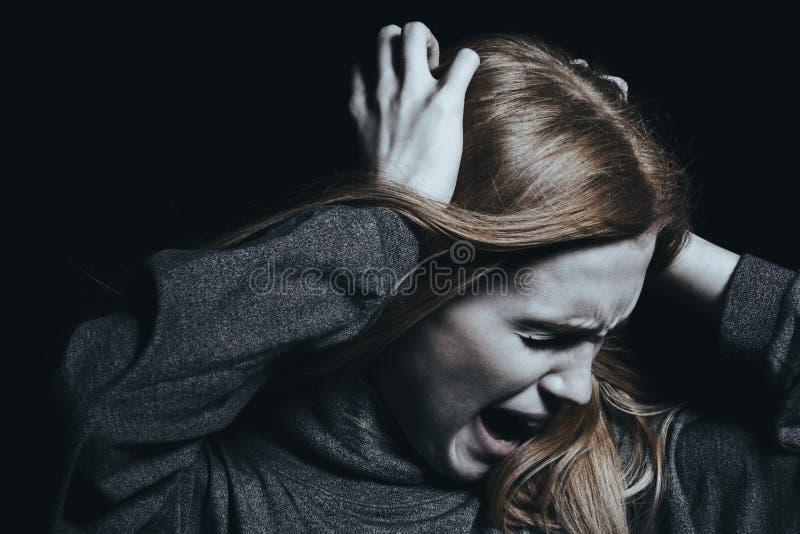 Skrikig kvinna med hallucinationer royaltyfri bild