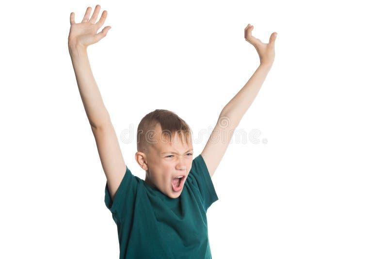 Skrikig pojke med lyftta händer arkivfoto