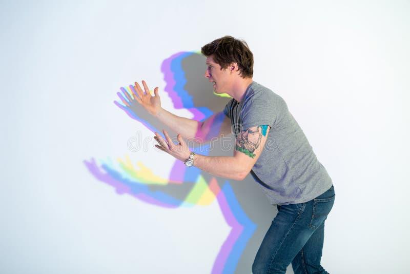 Skrikig ung manlig gestikulera hand royaltyfria foton