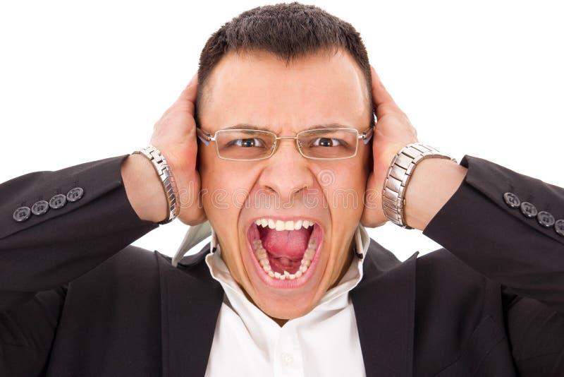 Skrikigt innehav för stressad man hans huvud arkivfoto