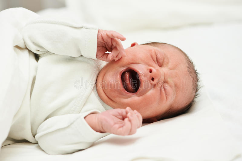 Skrikigt nyfött behandla som ett barn royaltyfria foton