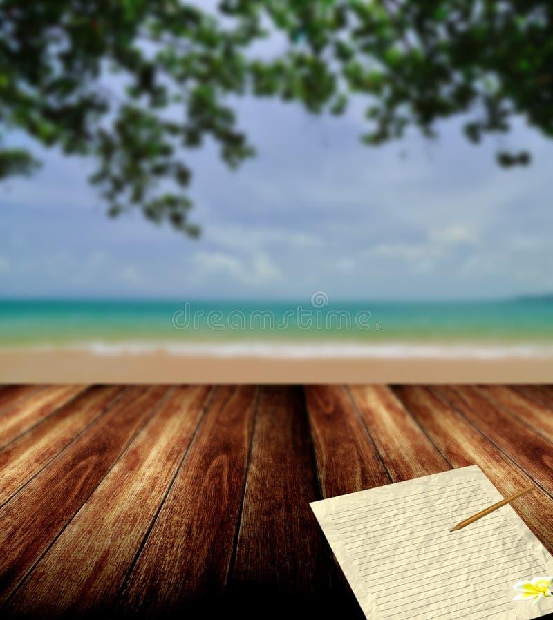 Skriv brevet från den trevliga stranden royaltyfria bilder