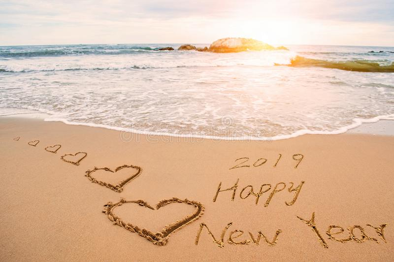 Skriv det lyckliga nya året 2019 på stranden royaltyfria bilder