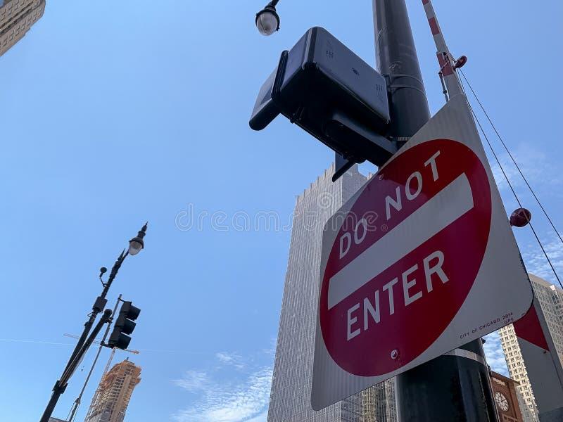 Skriv in inte tecknet i förgrund på Wacker drev i den Chicago öglan royaltyfri foto