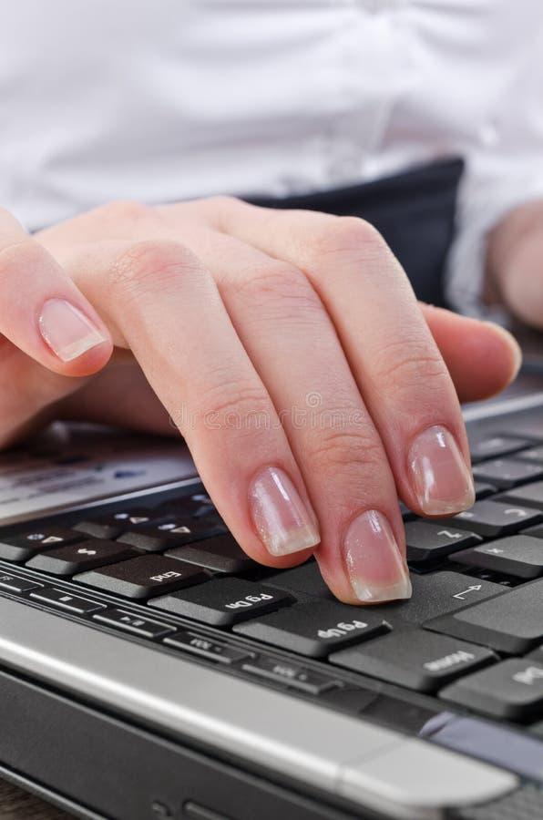 skriv in tangenten som trycker på kvinnan arkivbilder