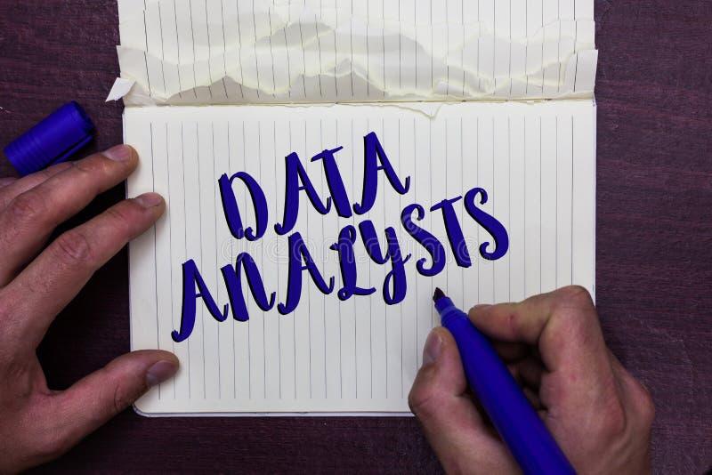 Skriva analytiker för anmärkningsvisningdata Affärsfotoet som ställer ut programmerare Design och, skapar rapporten identifierar  arkivfoto