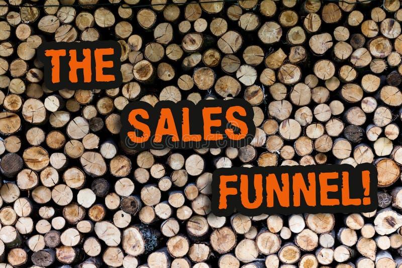 Skriva anmärkningen som visar försäljningstratten Att ställa ut för affärsfoto ser till köpande processföretag leder kunder royaltyfri bild