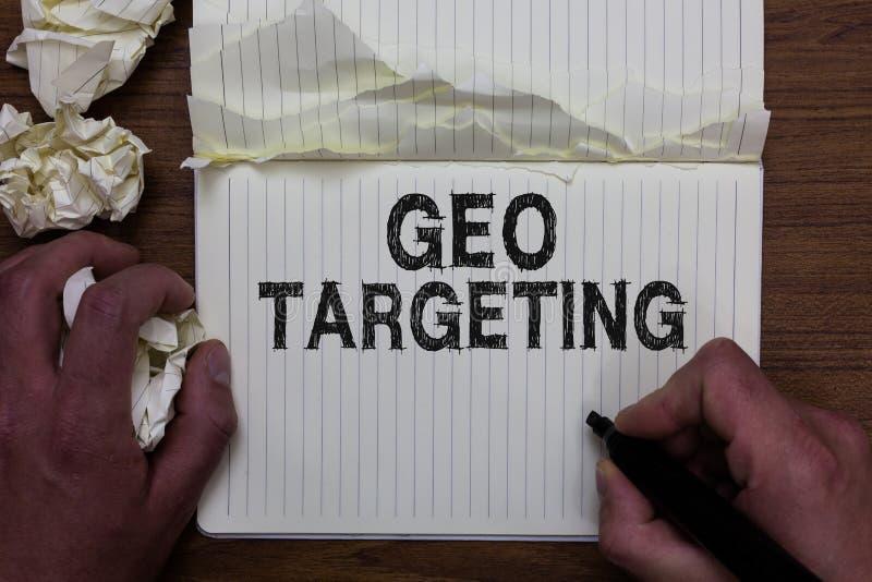 Skriva anmärkningen som visar Geo att uppsätta som mål Affärsfotoet som ställer ut IPet address Adwords för Digital annonssikter, royaltyfri bild