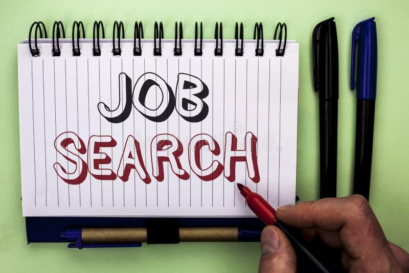Skriva anmärkningen som visar Job Search Affärsfoto som ställer ut den skriftliga rekryt för rekrytering för anställning för till royaltyfri fotografi