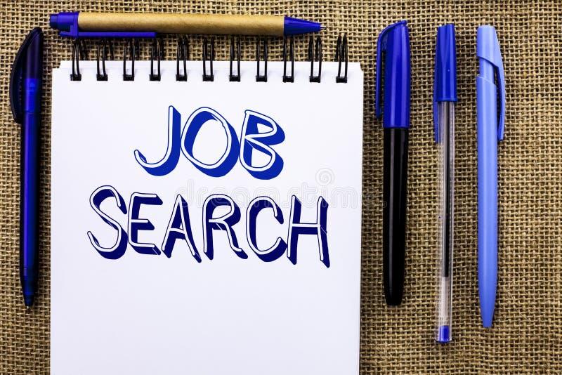 Skriva anmärkningen som visar Job Search Affärsfoto som ställer ut den skriftliga rekryt för rekrytering för anställning för till arkivbilder