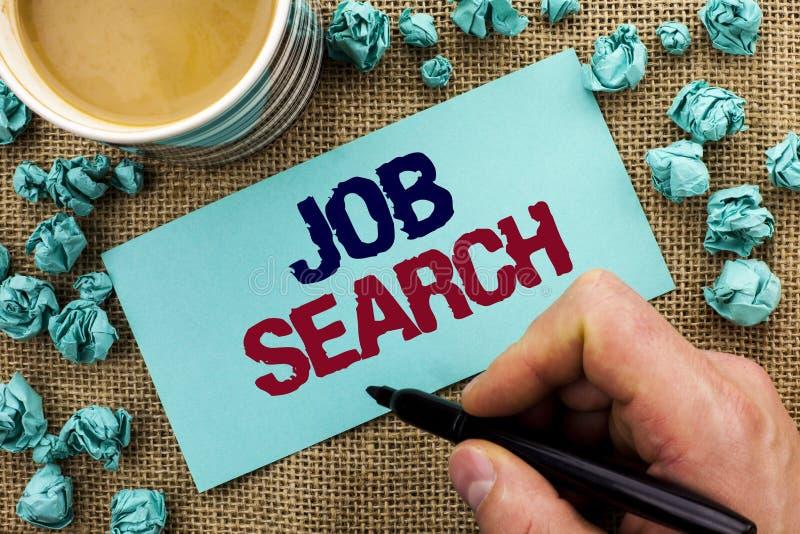 Skriva anmärkningen som visar Job Search Affärsfoto som ställer ut den skriftliga rekryt för rekrytering för anställning för till arkivfoto