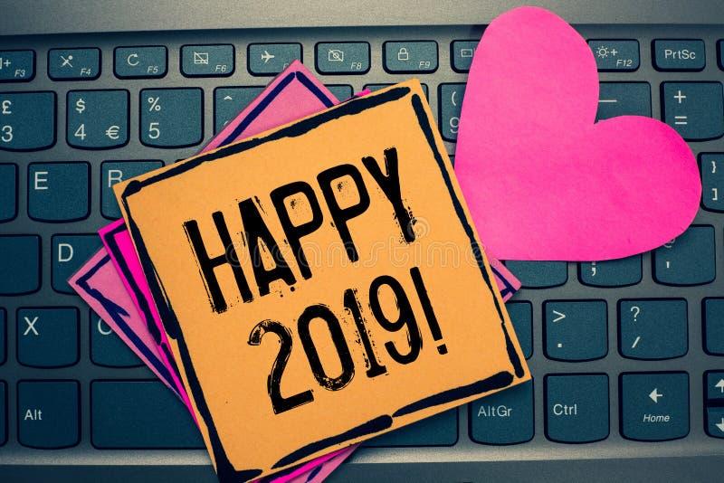Skriva anmärkningen som visar lycklig 2019 Affärsfotoet som ställer ut tid eller dagen, som ett nytt kalenderår börjar på från oc royaltyfri foto